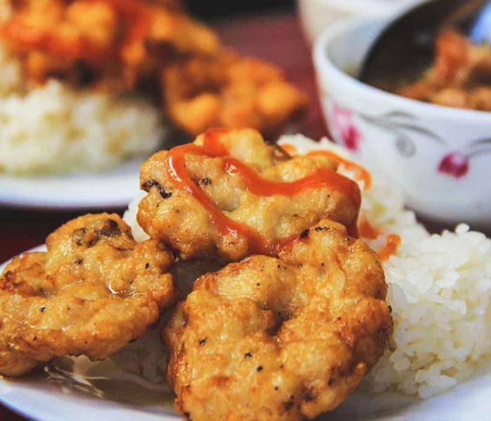 Chả mực thơm ngon, hấp dẫn ăn cùng xôi nóng là chuẩn vị nhất