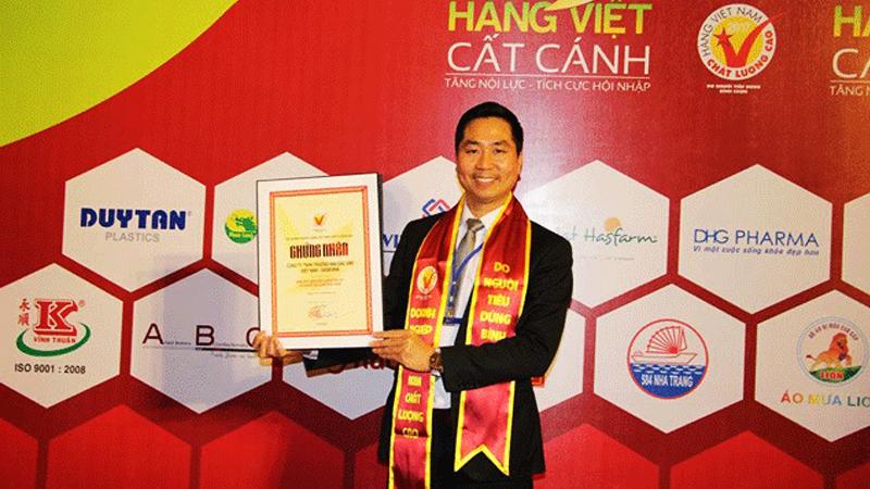 Giám đốc Nguyễn Bá Toàn nhận Chứng nhận Hàng Việt Nam Chất lượng cao do người tiêu dùng bình chọn